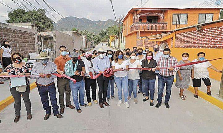 Vecinos de Lázaro Cárdenas en Yautepec estrenan pavimento